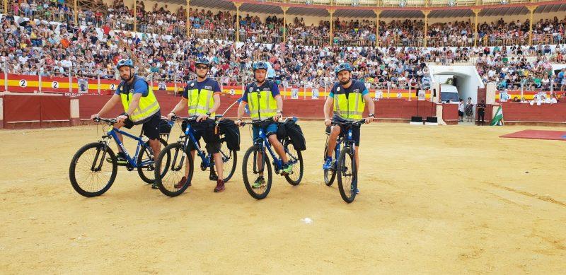 Equipo de voluntarios de Policía Nacional, en bicicletas Philips adaptadas para la cardioprotección del recorrido de 10 km de la carrera nocturna Ruta 091 celebrada en Almería.