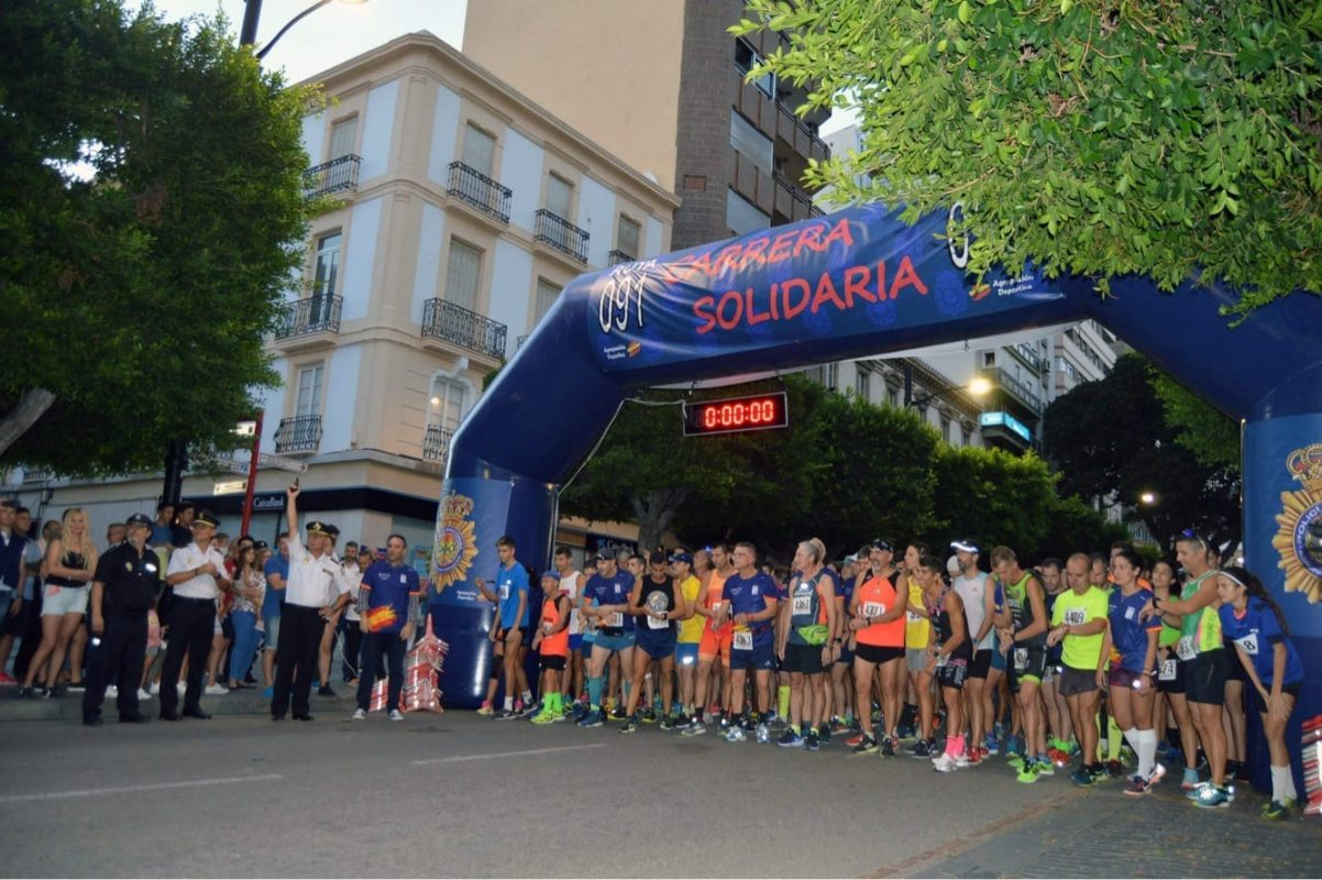 Participantes a punto de salir a correr en Almería por una buena causa.