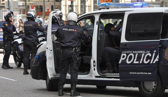 UPR La Línea de la Concepción, furgoneta y agentes preparándose para operación policial contra el narcotráfico y el contrabando.